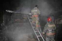 Два пожарных расчета ликвидировали загорание в жилом доме по улице Карла Маркса в Хабаровске