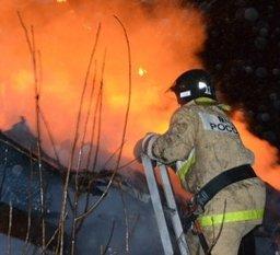 Крышу частного дома по улице Тамбовской тушили хабаровские пожарные