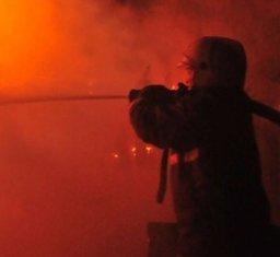 Пожарные ликвидировали загорание в нежилой половине деревянного дома в Хабаровске