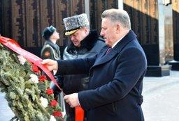 В Хабаровске возложили венок и цветы к Вечному огню мемориала Славы