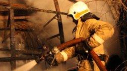 Хабаровские огнеборцы ликвидируют пожар на складе