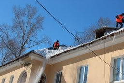В Хабаровском крае управляющие компании ведут борьбу с сосульками и скопившимся на крышах снегом