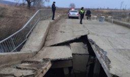 В результате частичного обрушения моста через речку Борисовка никто не пострадал