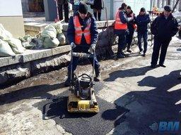 В Хабаровске дорожные рабочие начали использовать технологию холодного асфальта для борьбы с ямами на магистралях, не дожидаясь потепления на улице