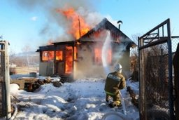Огнеборцы Амурского спасательного центра МЧС России ликвидировали загорание дачного дома в поселке Таёжный