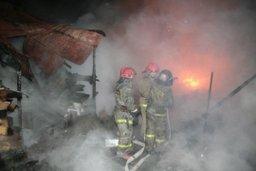 Два пожарных расчета тушили строительный вагончик и надворные постройки в поселке Федоровка Хабаровского района