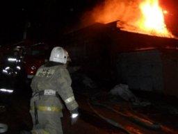 Деревянный дом по улице Воронежской в Хабаровске тушили два пожарных расчета