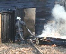 Менее двадцати минут потребовалось комсомольским пожарным для ликвидации загорания деревянного строения