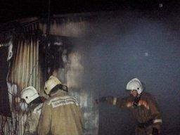 Около 40 минут потребовалось пожарным на тушение полностью горящего строительного вагончика