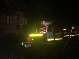 Огнеборцы ликвидируют пожар в деревянном доме