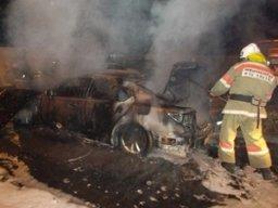 Легковой автомобиль тушили ночью огнеборцы в Хабаровске по улице Белорусской