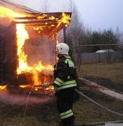 Причиной вызова пожарных в поселок Победа стало загорание деревянного строения и забора