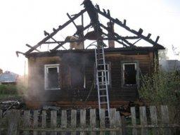 Деревянный дом под дачу тушили комсомольские пожарные на 9-м километре Галичного шоссе