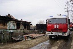 Семь пожарных расчетов принимали участие в ликвидации загорания частных домов по переулку Ангарскому в Комсомольске