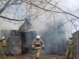 Частную хозяйственную постройку тушили огнеборцы в поселке Чегдомын