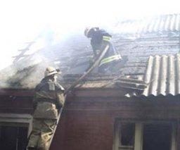 Крышу нежилого частного дома тушили огнеборцы в Хабаровске