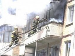 Загорание домашних вещей на балконе ликвидировали огнеборцы в Комсомольске в жилом доме по проспекту Мира