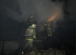 Крышу дома и веранду тушили хабаровские огнеборцы в Хабаровске на улице Пригородной