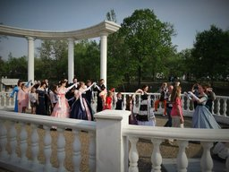 В минувшее воскресенье в парке Северном состоялась Танцевальная прогулка в стиле 19 века