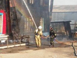 Огнеборцы ликвидируют пожар на улице Окружной в Хабаровске