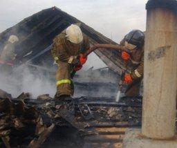 Комсомольские пожарные тушили крышу частного дома в поселке Парковом