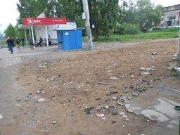 Трамвайная остановка на Судоверфи в Хабаровске утопает мусоре