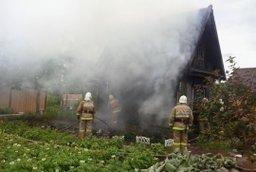 Дачный дом и хозяйственную постройку тушили комсомольские огнеборцы в садовом товариществе ЗЛК 1-е Сады