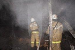Неэксплуатируемое здание по улице Вагонной в Комсомольске тушили три пожарных расчета