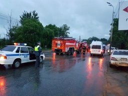 Пожарные и спасатели принимали участие в ликвидации последствий ДТП на улице Краснореченской