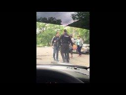 Сотрудник полиции вместо применения спецсредств для задержания применяет удары коленом как в кикбоксинге