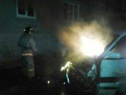 Легковой автомобиль тушили огнеборцы ночью в Хабаровске на улице Осетинской