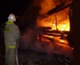 Надворную постройку в Хабаровске по улице Фёдоровской тушили два пожарных расчета