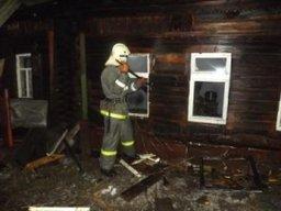 Дощатый дом тушили комсомольские огнеборцы в поселке Галечном