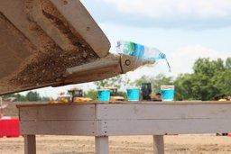 В Хабаровске экскаваторщики били яйца и разливали жидкость по стаканам