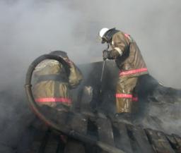 Два пожарных расчета ликвидировали загорание в деревянной частной бане в поселке Новый мир