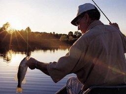 Соблюдайте меры безопасности во время рыбалки!
