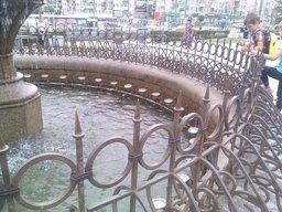 Меня, как рядового хабаровчанина, интересует - чем руководствовались люди, что установили подобные ограждения фонтанов в местах где возле этих самых фонтанов постоянная активность?